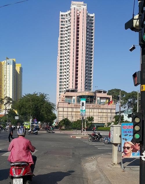 Thuận Kiều Plaza nhìn từ đường Kinh Dương Vương