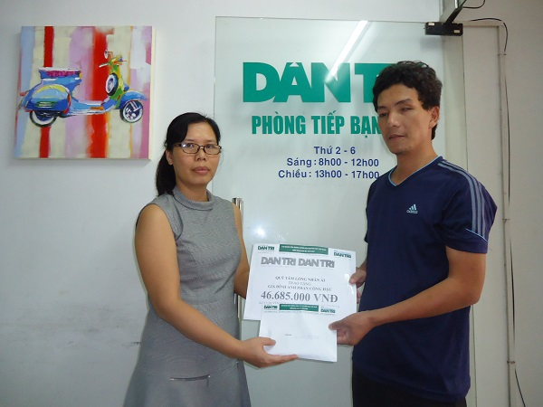 Nhà báo Lý Thị Toàn Thắng, Trưởng văn phòng đại diện báo Dân Trí tại TPHCM trao quỹ Nhân Ái đến anh Phan Công Hậu