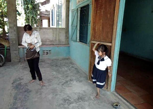 Hai mẹ con bé Dương cùng nhau đi xem căn nhà mà xã và gia đình chị Vốn dự định mua cho gia đình chị