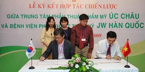 Năm 2009 Dr Nam và Dr Man Koon Suh ký kết hợp đồng ghi nhớ hợp tác chuyên môn đồng thời tham dự hội nghị phẫu thuật thẩm mỹ Hàn Quốc do Dr Nam tổ chức với đề tài về nâng mũi tại khách Sạn Kinh Đô tháng 9/2009
