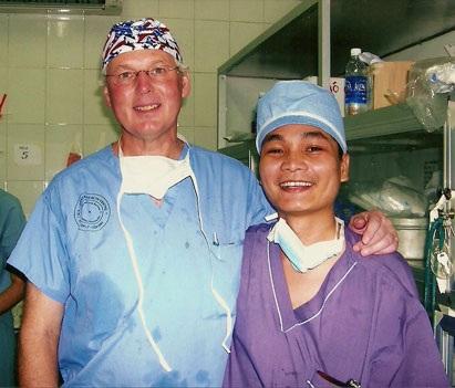 Bs Andrew chuyên gia phẫu thuật tạo hình người Canada hướng dẫn bác sĩ Nam – Kim Hospital phẫu thuật vào năm 2007 khi Bs Nam đang là nghiên cứu sinh lấy bằng tiến sĩ