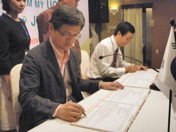 Bs Nam và Bs Man Koon Suh ký kết biên bản ghi nhớ hợp tác vào tháng 9/2009 tại khách sạn Kinh Đô sau buổi trao đổi báo cáo khoa học với đề tài nâng mũi, nâng ngực