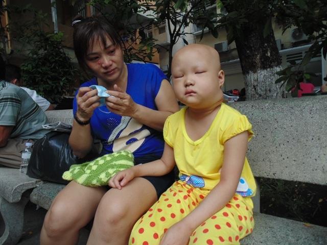 5 tuổi, trải qua 2 cuộc đại phẫu nhưng khối u trên cổ bé Tuyết vẫn đang phát triển xấu