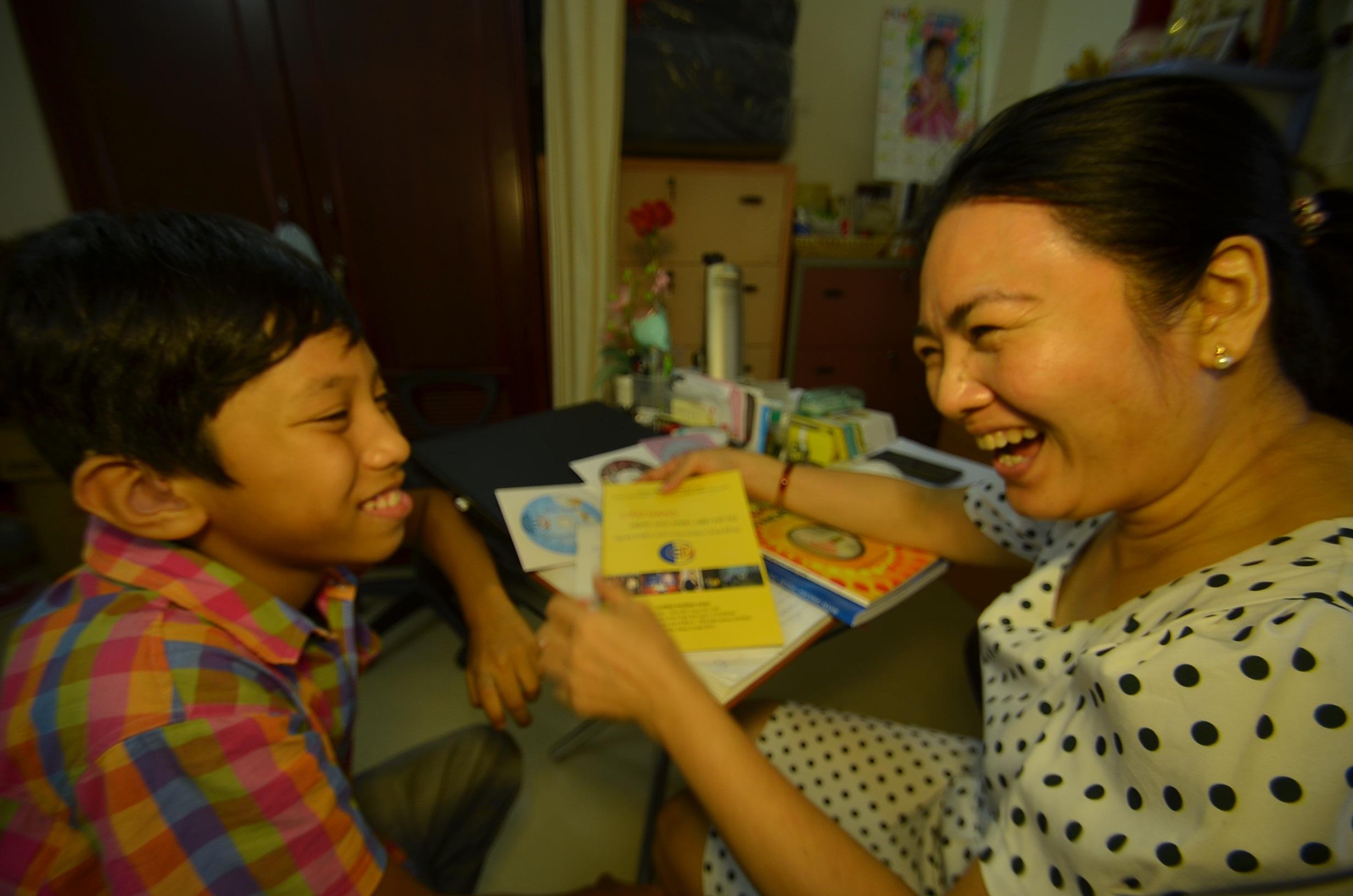 Chị Hạnh bị khiếm thính từ nhỏ nhưng nhờ kiên trì học tập, chị có 2 bằng đại học và là chuyên gia giáo dục hàng đầu hiện nay trong lĩnh vực khiếm thính