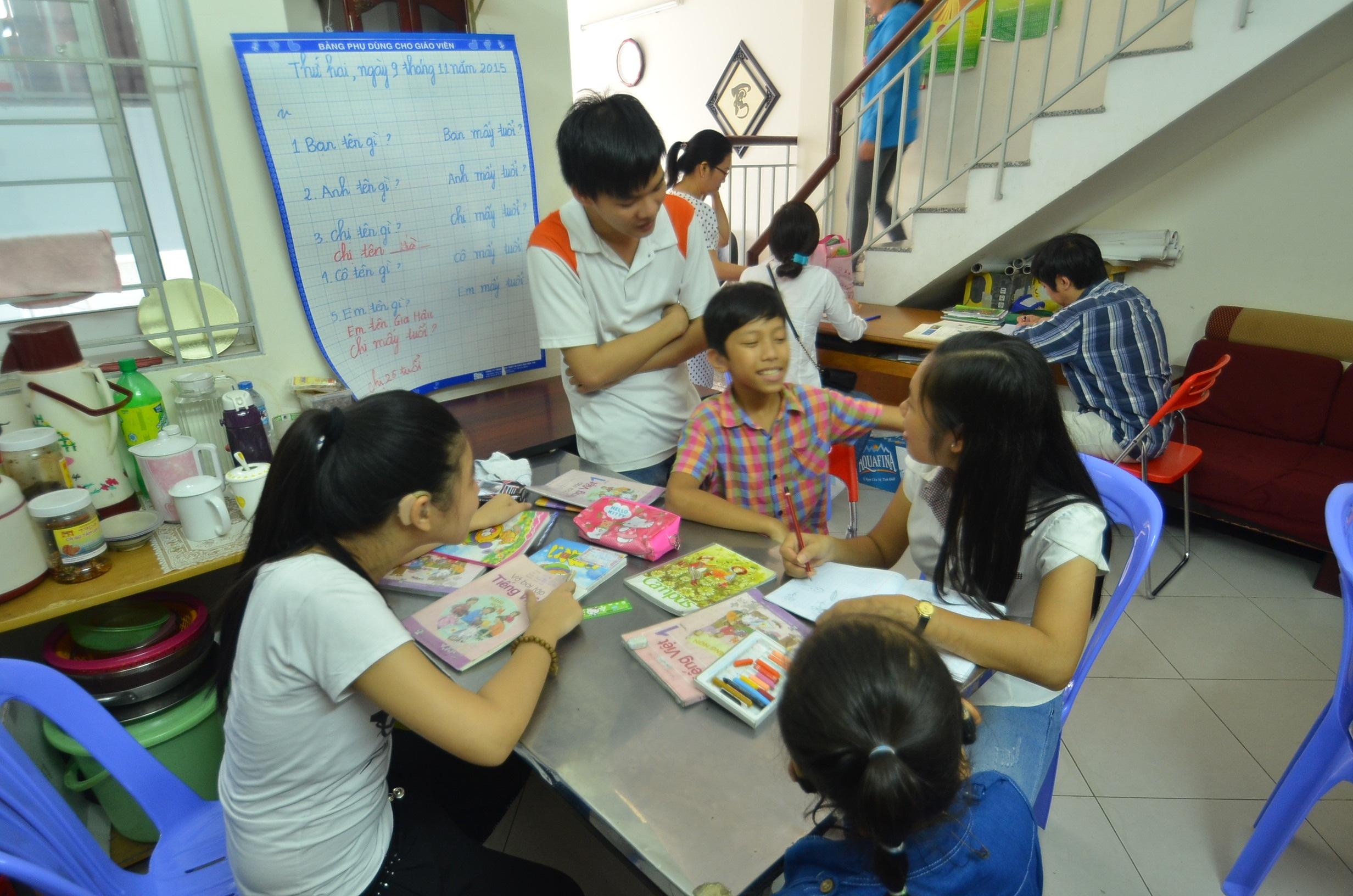 Tại CED hiện có 2 dịch vụ: dạy trẻ khiếm thính tập nói và dạy người khiếm thính học tiếng Anh