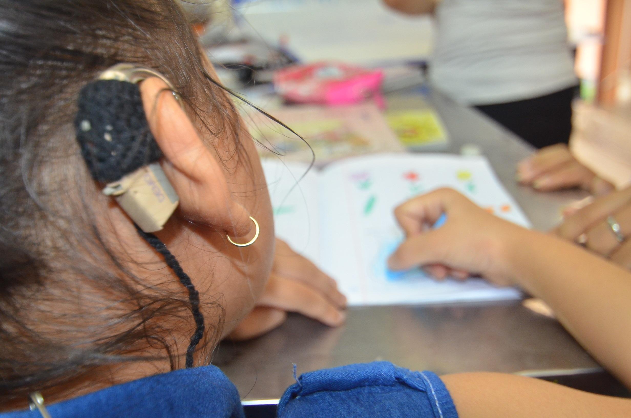 Dù có máy trợ thính, nhưng vì mất khả năng ngôn ngữ, việc học nói của trẻ khiếm thính rất khó khăn