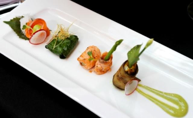 Nguyên liệu chính nhận được là cá, các đầu bếp của Sofitel Plaza Hà Nội đã chế biến được món khai vị tới bốn món, mang tên Cá khai vị tổng hợp. Đa số các món của đầu bếp Nguyễn Minh Phúc và hai thành viên đều được khen ngon. Trong ảnh: Món cá khai vị tổng hợp.