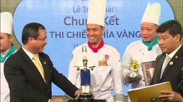 Lãnh đạo tỉnh Bình Dương trao cúp Chiếc Thìa Vàng 2015 cho đội Khách sạn Lotte Hà Nội.