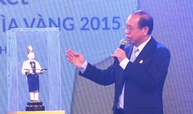 Ông Lý Ngọc Minh - TGĐ Công ty Minh Long 1, Trưởng ban tổ chức cuộc thi - giới thiệu quá trình chế tác chiếc cúp đặc biệt mà trên thế giới chỉ có Minh Long 1 và các nhà sản xuất gốm sứ hàng đầu nước Đức mới làm được.