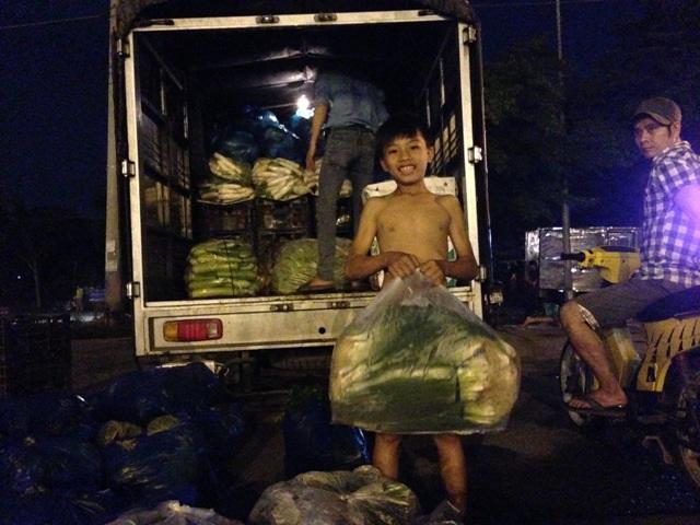 Em Lâm Quốc Huy vất vả bốc hàng ngàn kg rau mưu sinh mỗi đêm tại chợ Bình Điền