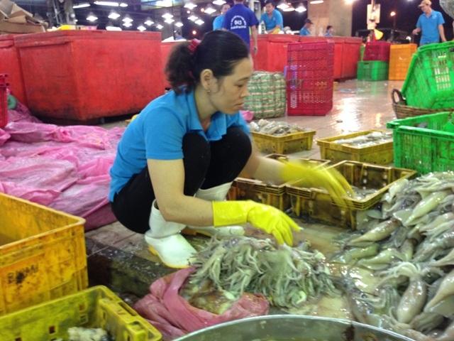 Chị Lâm Thị Hương gần 10 năm gắn bó với việc bóc mực thuê