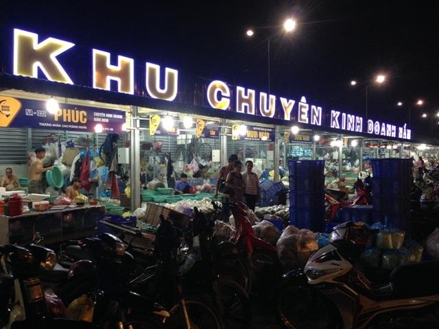 Nửa đêm về sáng, chợ đêm tấp nập người mua kẻ bán.