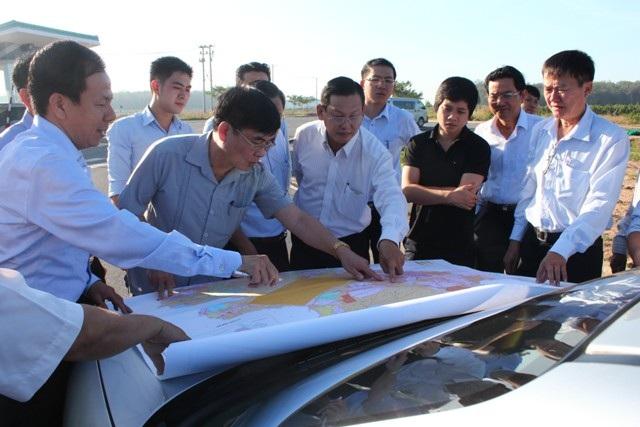 Đoàn công tác khảo sát khu vực thực hiện dự án.