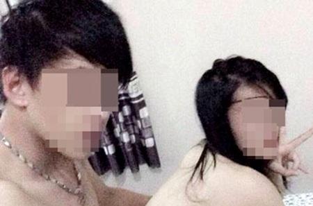 Một bức ảnh nhạy cảm của nữ sinh và bạn trai được phát tán trên mạng Facebook (ảnh Trung Kiên).
