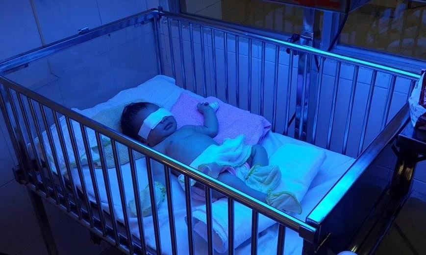 Bé gái đang được các bác sĩ chăm sóc tại Bệnh viện Nhi đồng Đồng Nai.