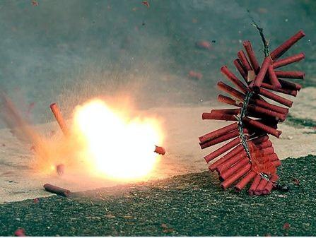 Hành vi đốt pháo không chỉ bị xử phạt hành chính mà còn có thể bị xử lý hình sự khi gây hậu quả nghiêm trọng (ảnh minh họa)