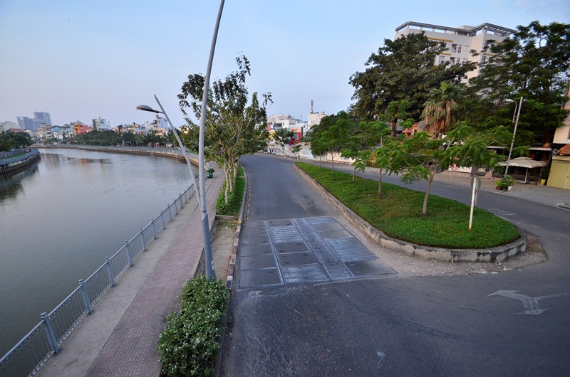 Đường ven kênh Nhiêu Lộc - Thị Nghè, thậm chí tìm mãi không thấy một bóng người.