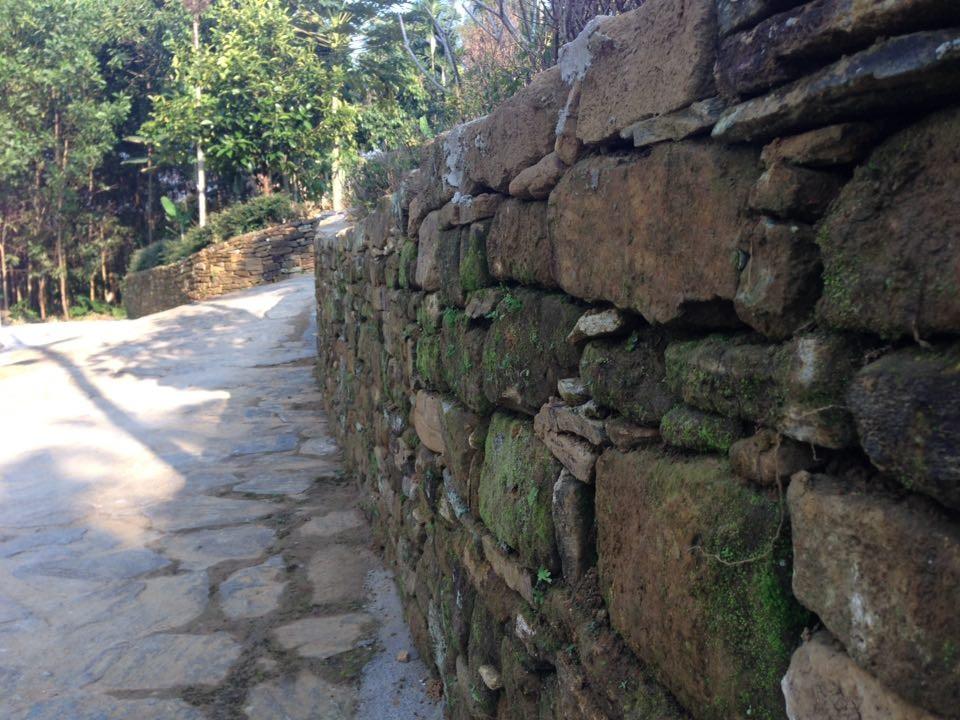 Cái hồn của mỗi ngôi nhà lại bắt đầu từ những hàng rào đá như thế, những hàng rào đá đã rêu phong bởi qua thời gian, được xây dựng từ bao đời.