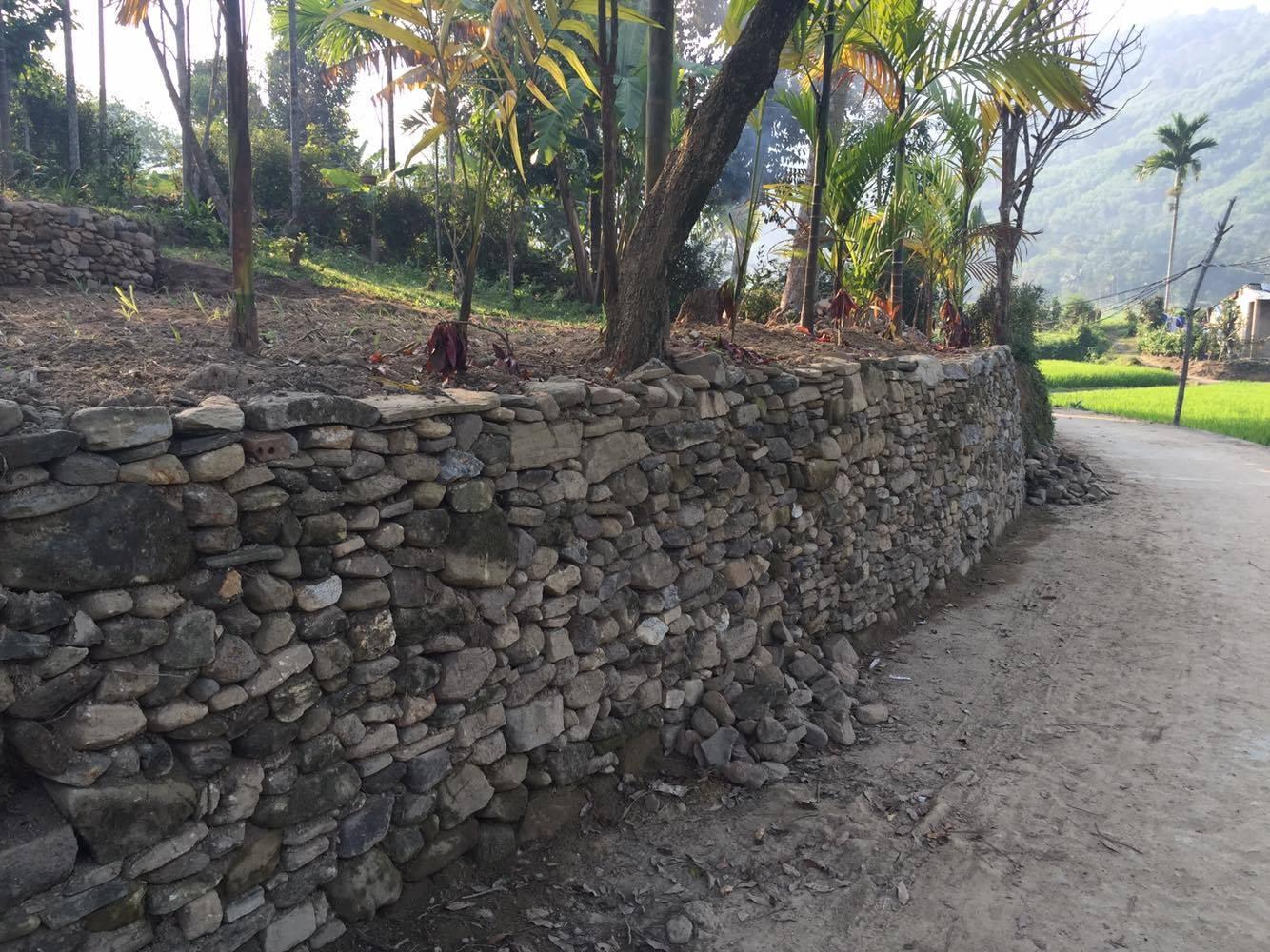 Hàng rào đá của người Tiên Phước gồm những viên đá to nhỏ, xù xì với nhiều góc cạnh, hình thù khác nhau.