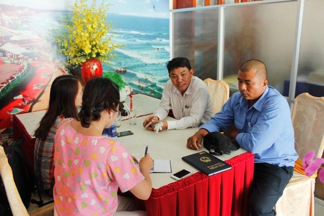 Đại diện lãnh đạo Khu du lịch biển Đông trả lời phóng viên
