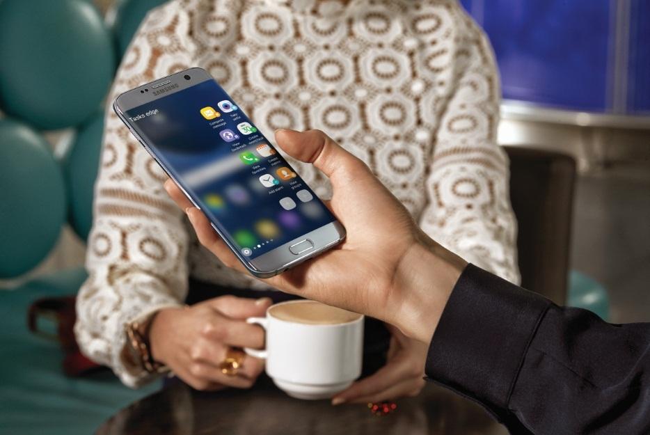 """Thiết kế màn hình cong đầu tiên trên thế giới của Galaxy S6 edge một lần nữa chạm đến đỉnh cao mới cùng thành viên mới nhất của đại gia đình """"dải ngân hà"""" Samsung: Galaxy S7 edge"""