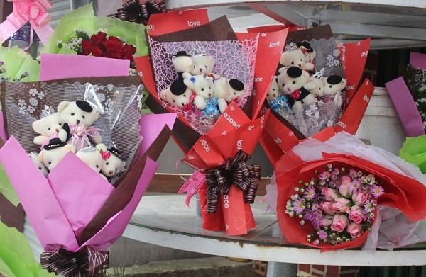Những món quà, bó hoa làm bằng tay được bày bán khắp nơi