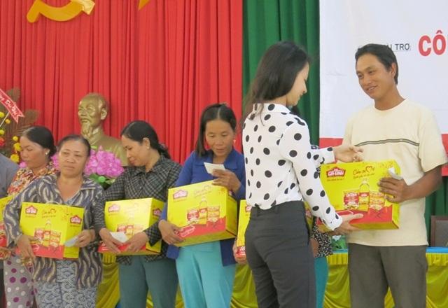 Đại diện nhà tài trợ KIDO trao tặng quà Đại Gia Đình và thẻ BHYT cho bà con huyện Ba Tri – tỉnh Bến Tre