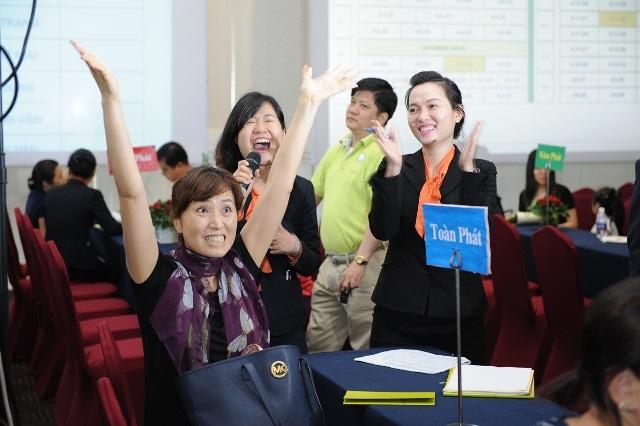 Một khách hàng Hàn Quốc phấn khích khi bốc trúng thăm và chọn được căn hộ