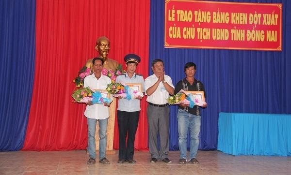 Ông Huỳnh Ngọc Sơn (bìa trái) và ông Huỳnh Ngọc Hoàng (bìa phải) nhận bằng khen của UBND tỉnh Đồng Nai