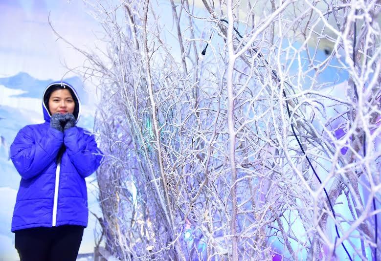Nhiều bạn trẻ thích thú khi được mang áo ấm, cảm nhận cảm giác lạnh giữa thời tiết nóng bức ở Sài Gòn.
