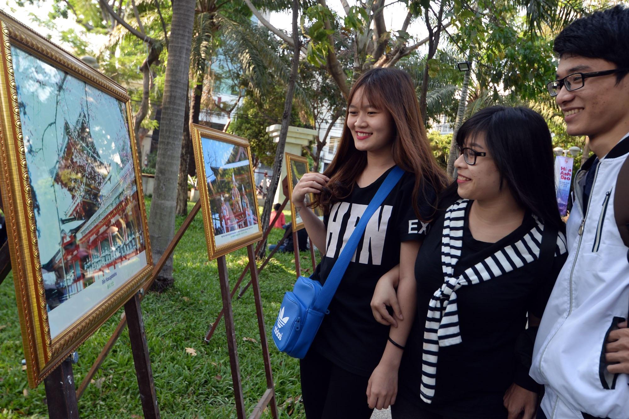 """Bạn Nguyễn Thu Huyền (sinh viên) cùng các bạn của mình tới tham dự lễ hội hoa anh đào cảm nhận: """"Đây là lần đầu tiên tụi em được nhìn và chụp hình trực tiếp với hoa anh đào""""."""