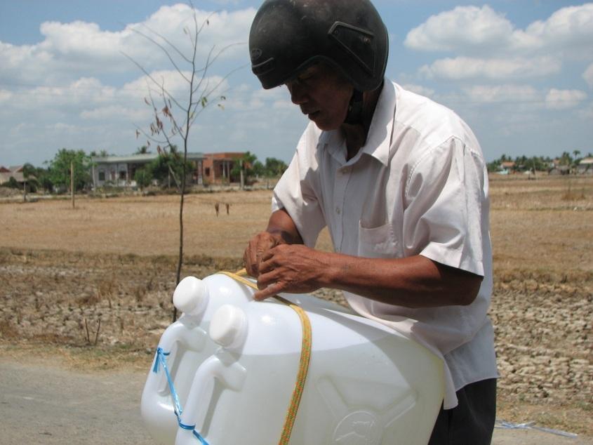 Người dân vui mừng vì có nước sạch để dùng