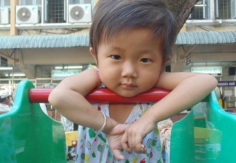 Gương mặt đáng yêu của bé Kim Ngân khi không bị căn bệnh ung thư máu hành hạ. Đã 4 tuổi nhưng bé Kim Ngân chỉ nặng 10kg, bằng đứa trẻ 1 tuổi