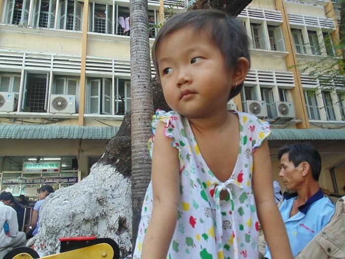 Chồng bỏ, bé Kim Ngân lại mắc bệnh hiểm nghèo khiến chị Nương rơi vào cảnh tuyệt vọng