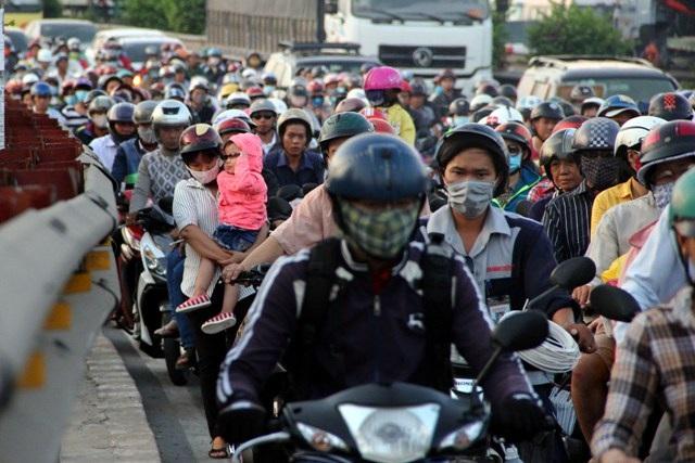 Nhiều người phải xuống đi bộ để thoát khỏi cảnh kẹt xe