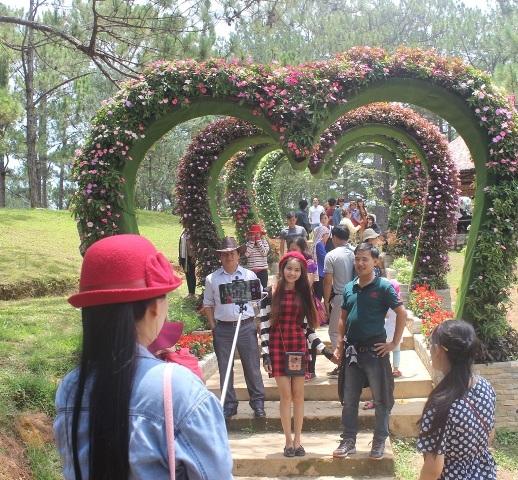 Các bạn trẻ lưu lại những khoảnh khắc tại Cung đường Tình yêu- một điểm nhấn du lịch mới tại Đà Lạt