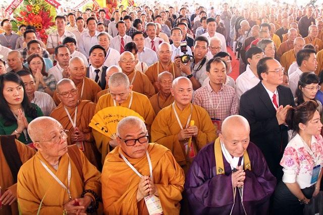 Các vị lãnh đạo chính quyền cùng hàng trăm tăng ni phật tử tham dự lễ khánh thành