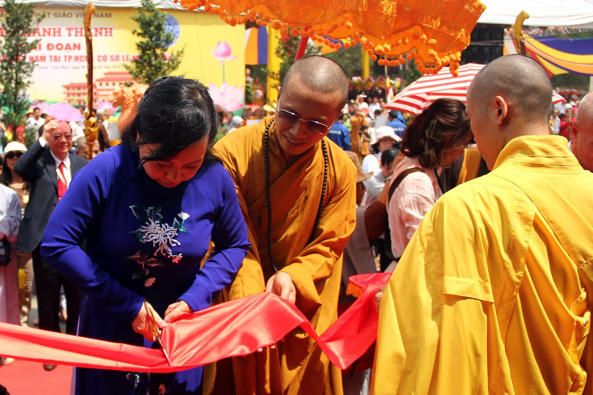 Bộ trưởng Y tế Nguyễn Thị Kim Tiến cắt băng khánh thành Học viện Phật giáo