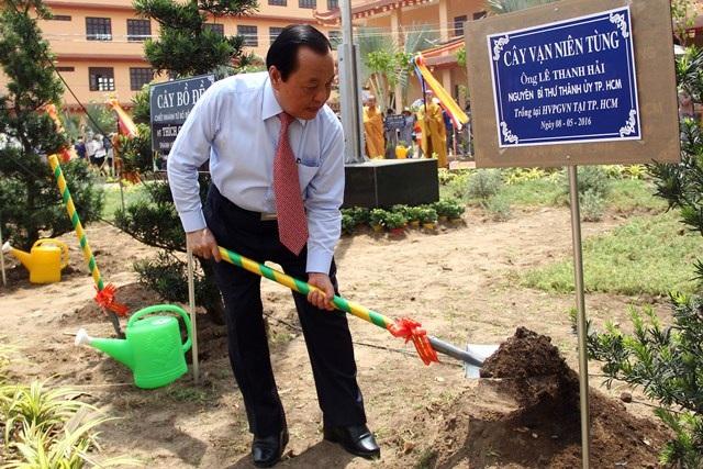 Nguyên Bí thư Thành ủy trồng cây trong khuôn viên học viện