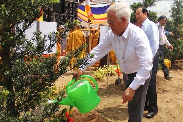 Nguyên Chủ tịch UBND TP Lê Hoàng Quân tới tham dự và tưới nước cho cây trồng trong học viện