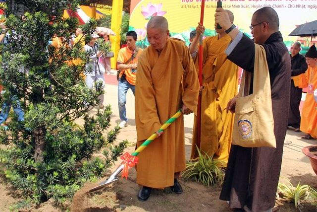 Hòa thượng Thích Trí Quảng, Viện trưởng Học viện Phật giáo Việt Nam trồng cây trong học viện