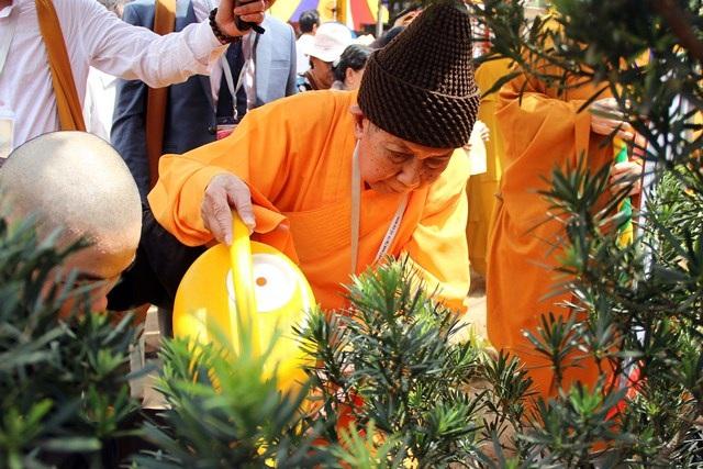 Hòa thượng Thích Đức Nghiệp, Phó pháp chủ hội đồng chứng minh Giáo hội Phật giáo Việt Nam tưới nước cho những cây được trồng trong học viện trong ngày khánh thành
