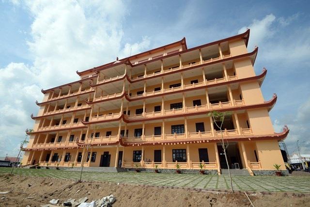 Trong giai đoạn 1, Học viện Phật giáo đã hoàn thành các hạng mục tòa hành chính, học đường, tăng xá, ni xá và chính điện tam trên diện tích 8 hecta đủ đáp ứng cho 600 tăng ni tu học nội trú.
