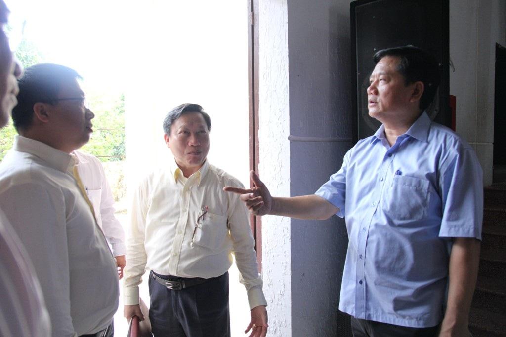 Bí thư Đinh La Thăng trao đổi với Giám đốc Sở Quy hoạch và Kiến trúc Nguyễn Thanh Nhã về vấn đề quy hoạch tại huyện Củ Chi