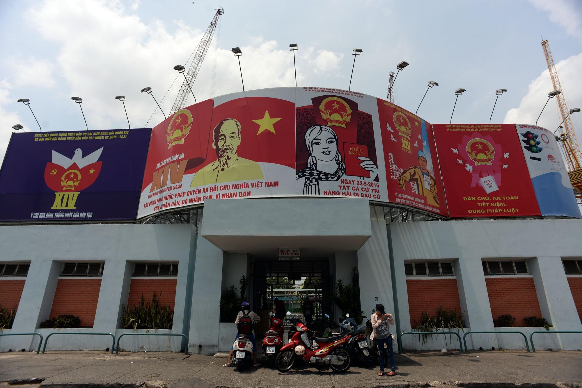 """Những khẩu hiệu bầu cử như """"an toàn, dân chủ, tiết kiệm"""" được treo trang trọng trên đường phố"""