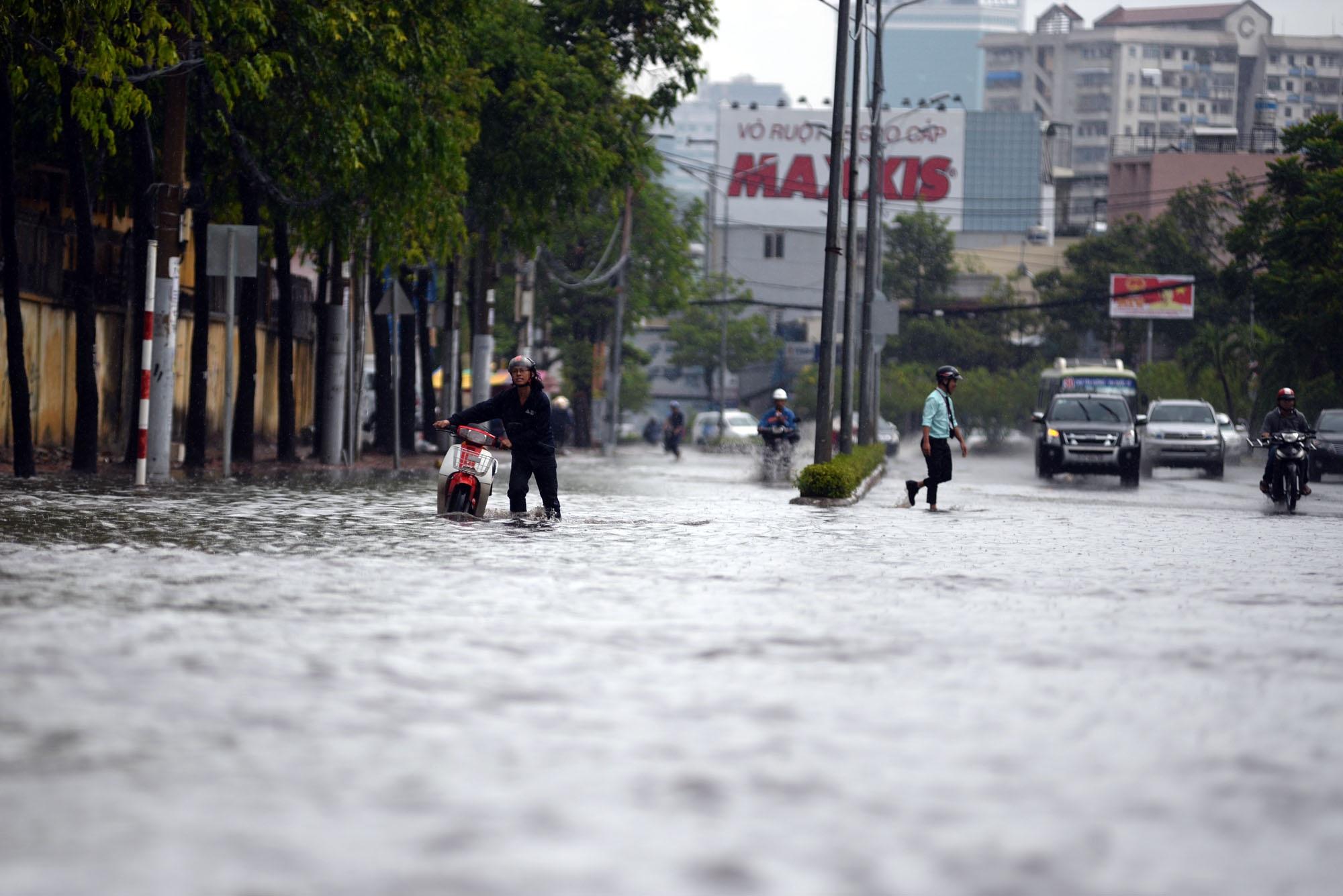 Sau cơn mưa lớn kéo dài hàng giờ, đường Nguyễn Hữu Cảnh (quận Bình Thạnh) biến thành sông.