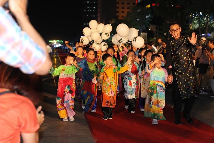 Các em nhỏ trong trang phục áo dài trình diễn trên phố đi bộ