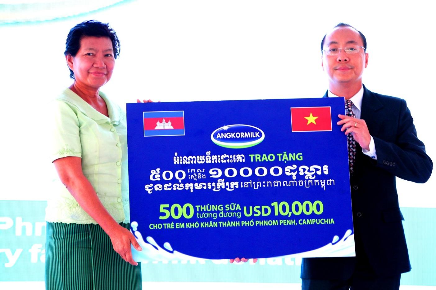Tại chương trình, ông Đoàn Quốc Khánh – Tổng Giám đốc Nhà máy Sữa Angkor đại diện Nhà máy đã gửi đến cho trẻ em nghèo của Phnom Penh 500 thùng sữa nước trị giá tương đương 10.000 USD để góp phần cải thiện tình trạng dinh dưỡng cho trẻ em Campuchia