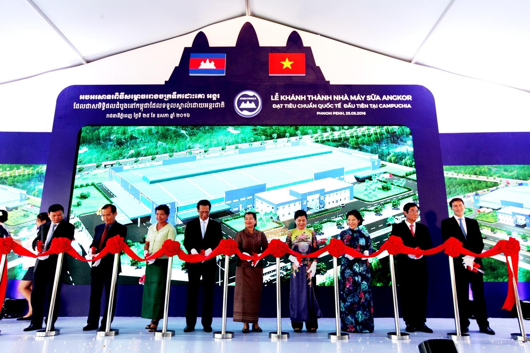 Bà Men Sam On, Phó Thủ tướng Chính phủ Campuchia cùng lãnh đạo nhiều cơ quan, ban ngành của Campuchia và Việt Nam cắt băng khánh thành nhà máy sữa Angkor – nhà máy sữa chuẩn quốc tế đầu tiên và duy nhất tại Campuchia.