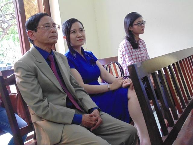 Đại gia Lê Ân chọn hàng ghế sau để tránh đụng mặt với con trai